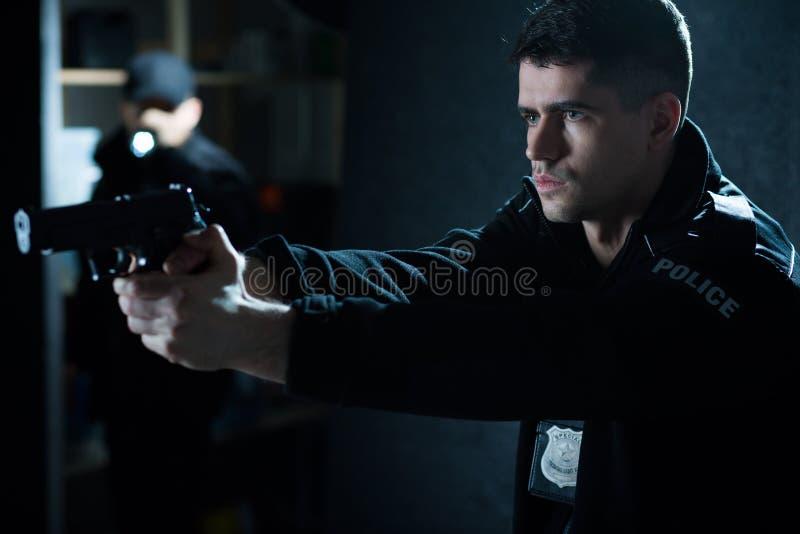 Полицейский с личным огнестрельным оружием стоковые фотографии rf