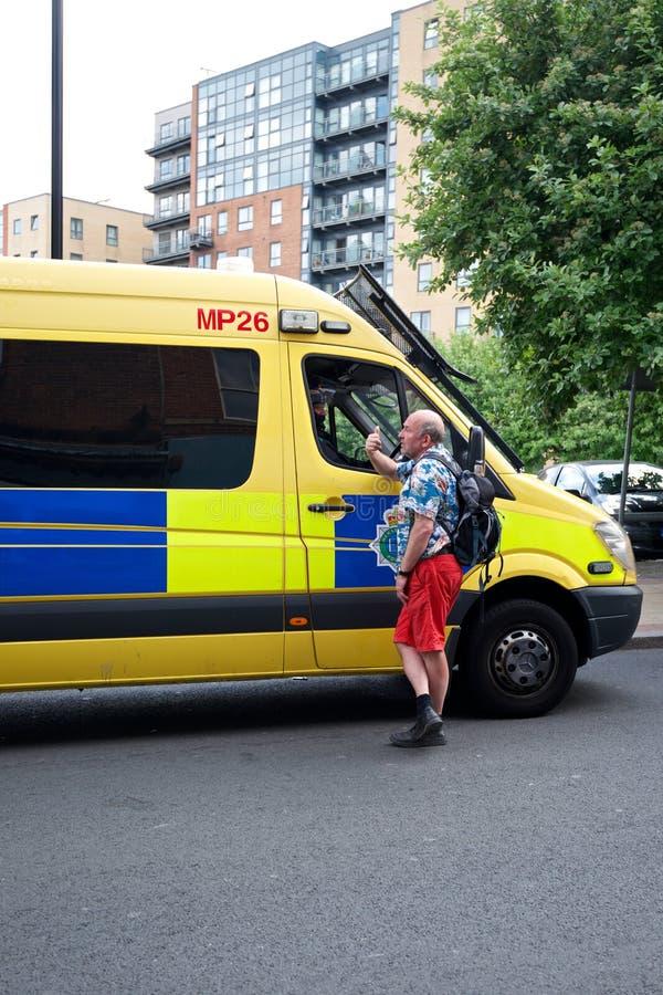 Полиции говоря к публике стоковая фотография rf