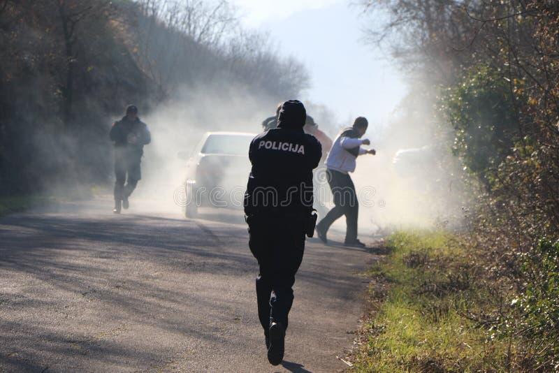 Download полиции офицера действия редакционное фото. изображение насчитывающей firearms - 85418131