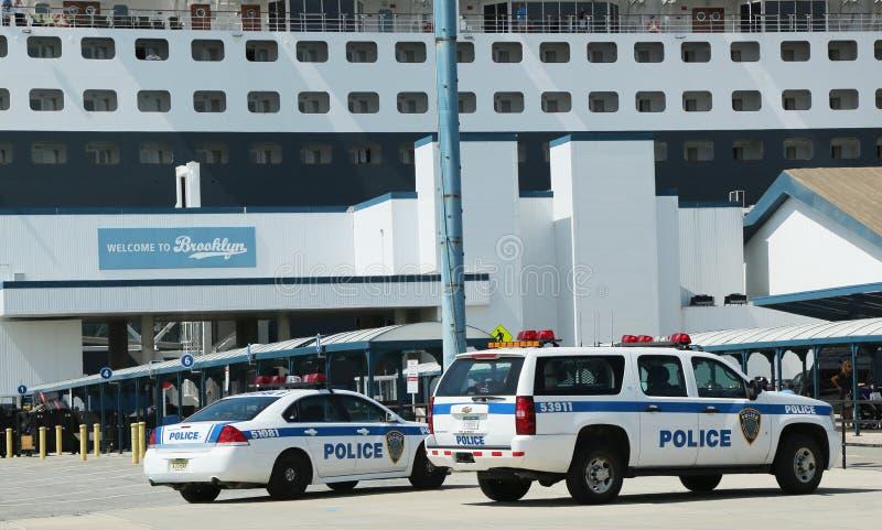 Полиции New York - New Jersey управления порта обеспечивая безопасность для туристического судна ферзя Mary 2 состыковали на стерж стоковые изображения