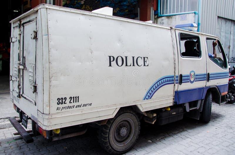 Полиция перевозит на грузовиках на улице на мужчине Мальдивские острова стоковые фотографии rf
