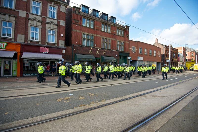 Полиция по охране общественного порядка идя вдоль западной улицы после протеста стоковое изображение rf