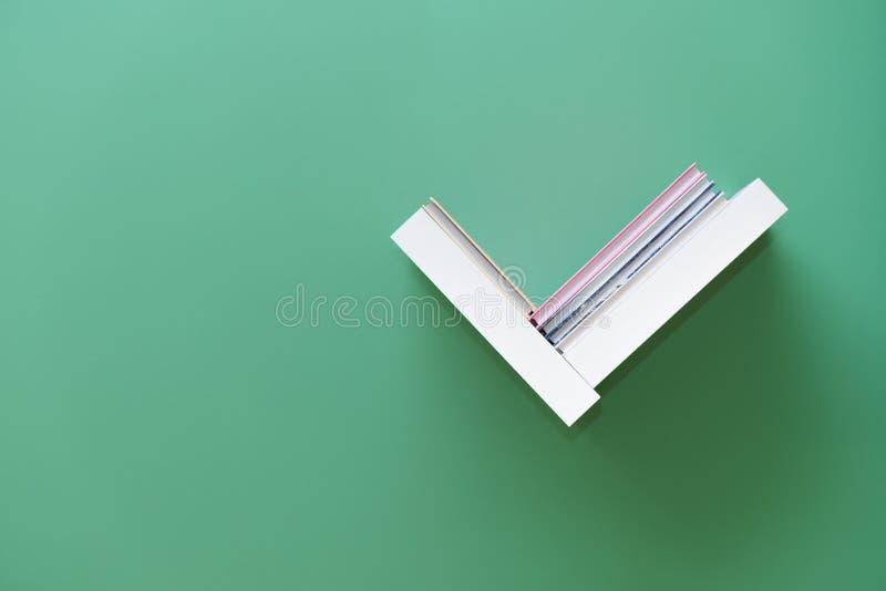 Полка книг на стене стоковые фотографии rf