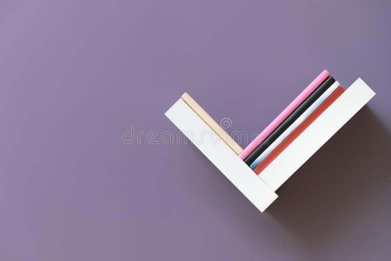 Полка книг на стене стоковое изображение