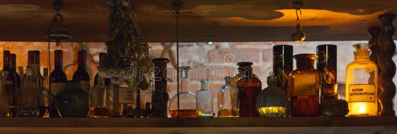 Полка с алхимией/бутылками фармации стоковые изображения rf