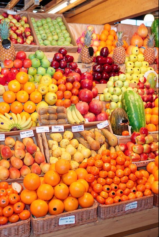 Полка с плодоовощами на рынке фермы стоковые фотографии rf