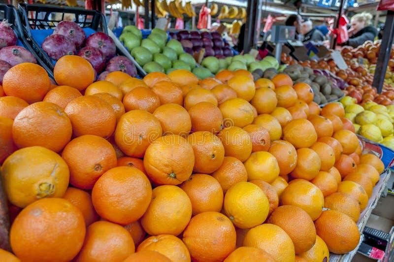 Полка с плодоовощами на рынке фермы стоковые изображения
