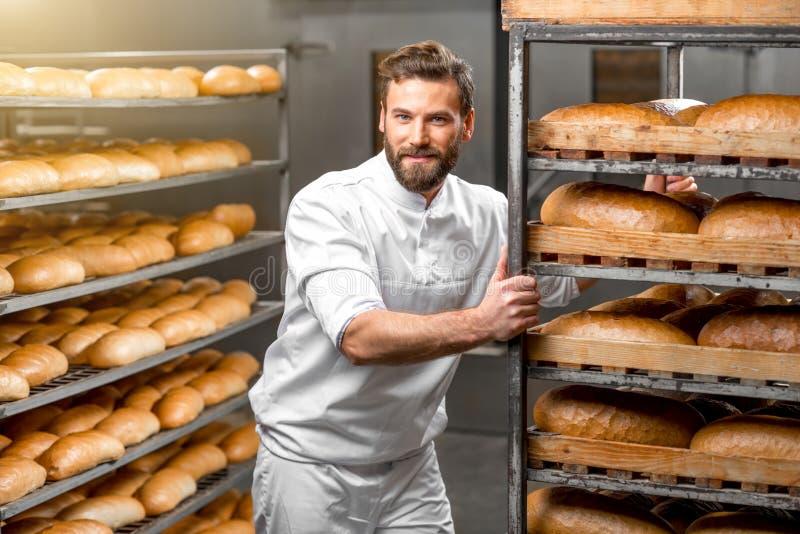 Полки нося работника с хлебом стоковые изображения rf