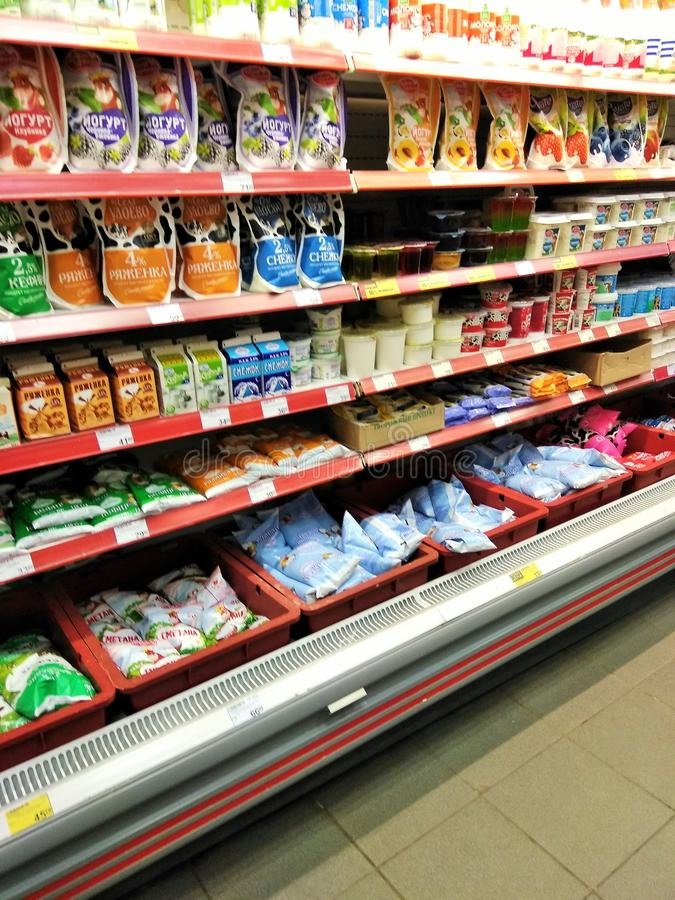 Полки с молочными продучтами в магазине стоковая фотография
