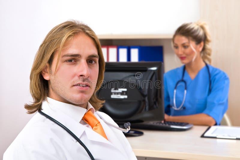 по мере того как доктора объениняются в команду стоковые фото
