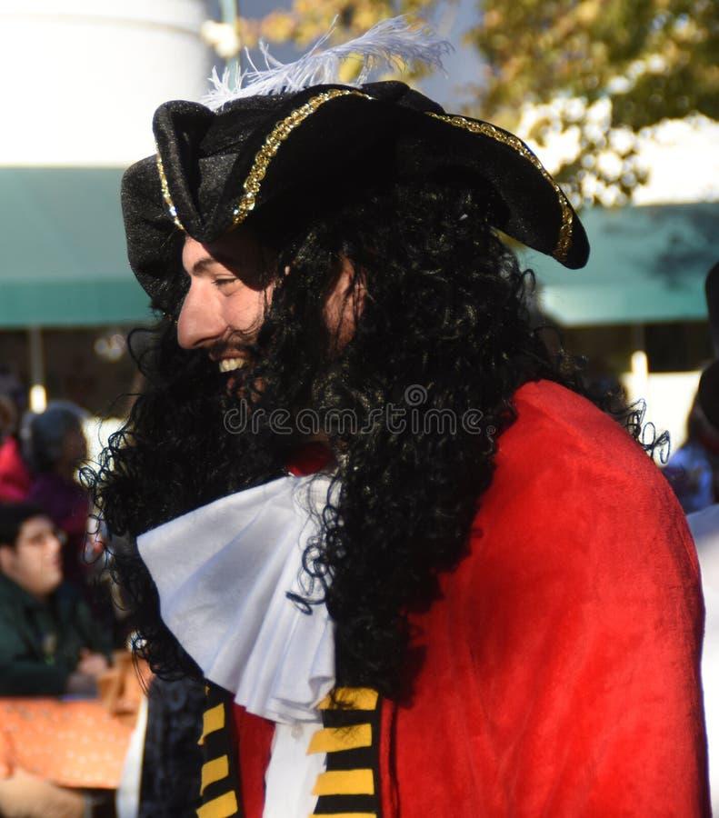 по мере того как одетьнный пират человека стоковое изображение rf