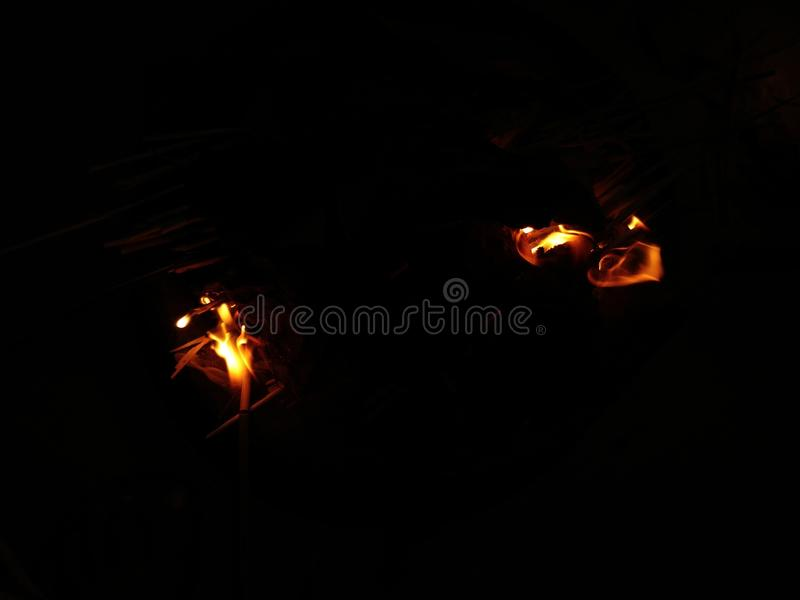 по мере того как предпосылка красивейшая используемая ноча пламени пожара чонсервной банкы стоковое фото