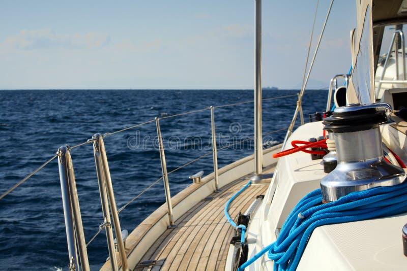 по мере того как предпосылка голуба шлюпки шлюпки могут разбить темные флаги etc плавая ветрил sailing парусника логотипа изображ стоковые изображения rf