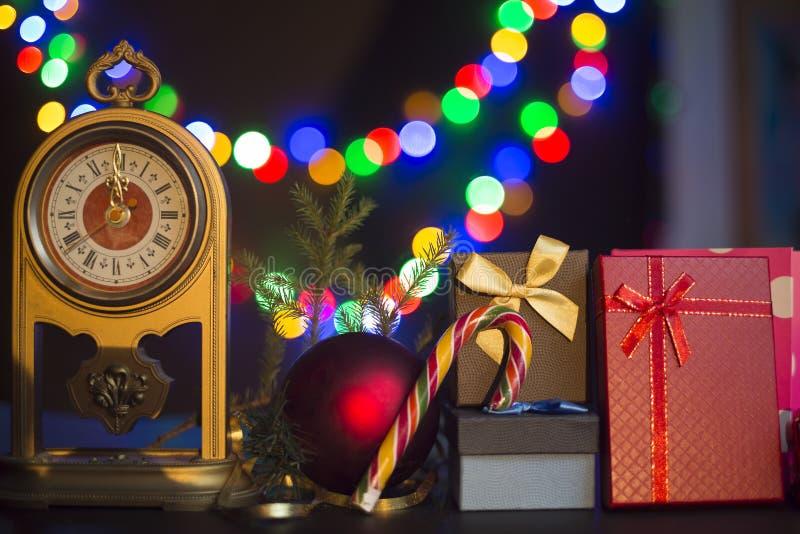 по мере того как предпосылка может используемая тема иллюстрации рождества Винтажные часы, ветвь ели, подарочные коробки, тросточ стоковое фото rf