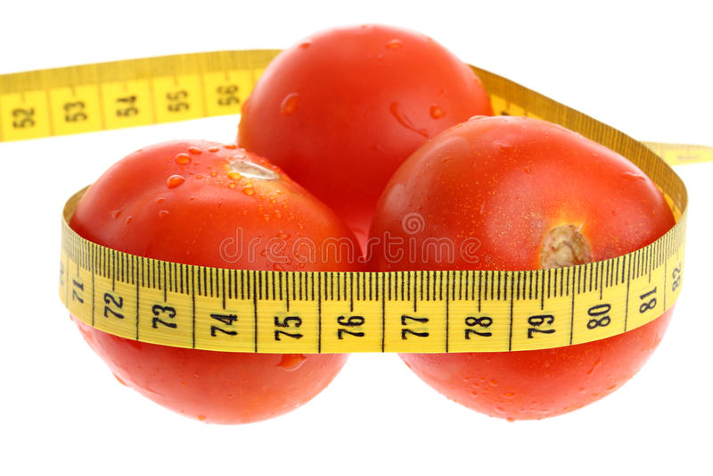 по мере того как проигрышный измеряя вес томатов ленты стоковая фотография rf