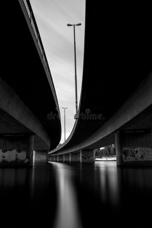 Под мостом в Umea, Швеция стоковая фотография rf