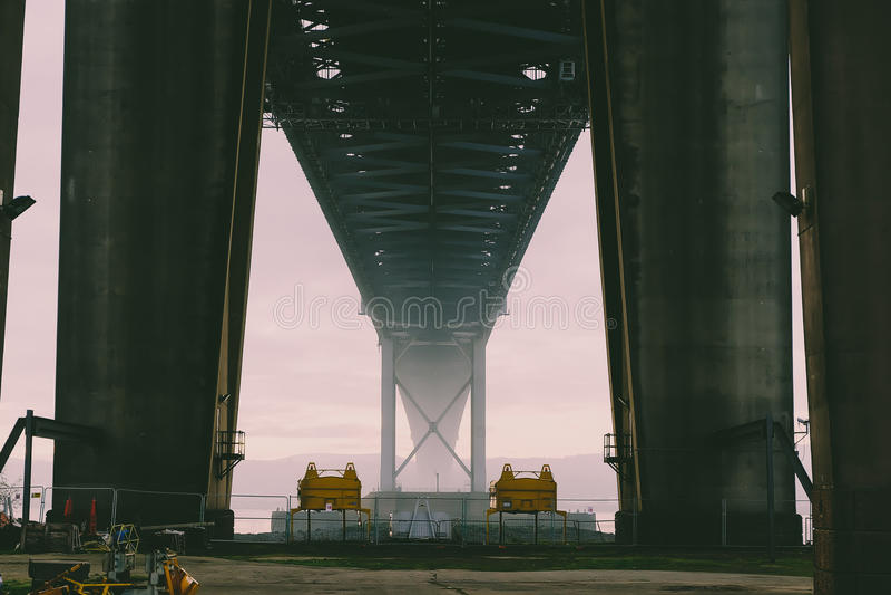 Под мостом снятым моста в расстоянии с туманом стоковые фото