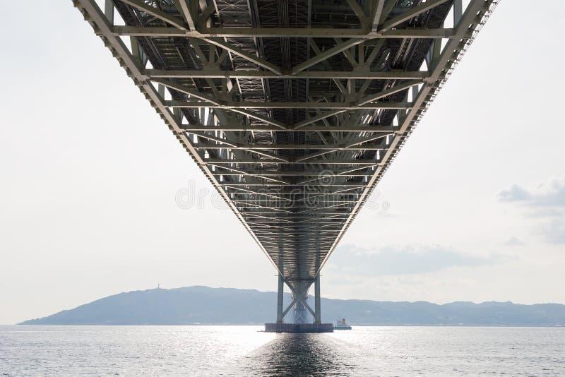 Под мостом Akashi Kaikyo, самым длинным висячим мостом стоковые изображения