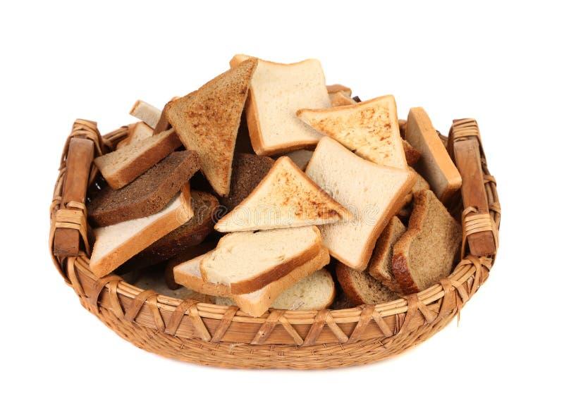 Полная корзина различного отрезанного хлеба. стоковые фотографии rf
