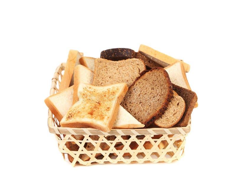 Полная корзина различного отрезанного хлеба. стоковое фото