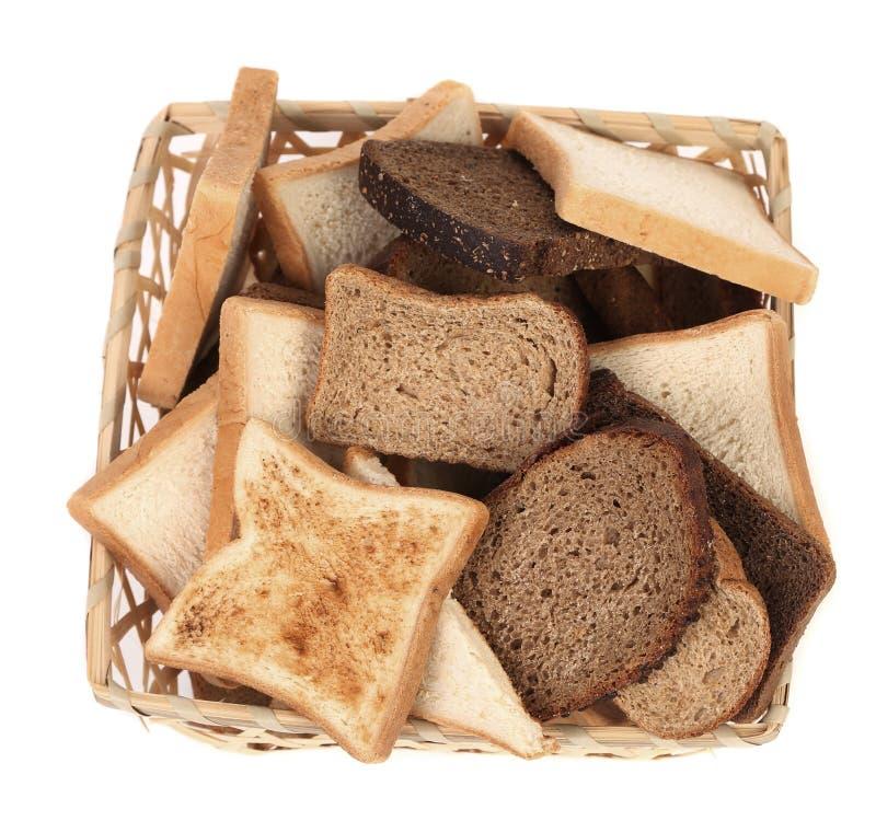 Полная корзина различного отрезанного хлеба стоковая фотография
