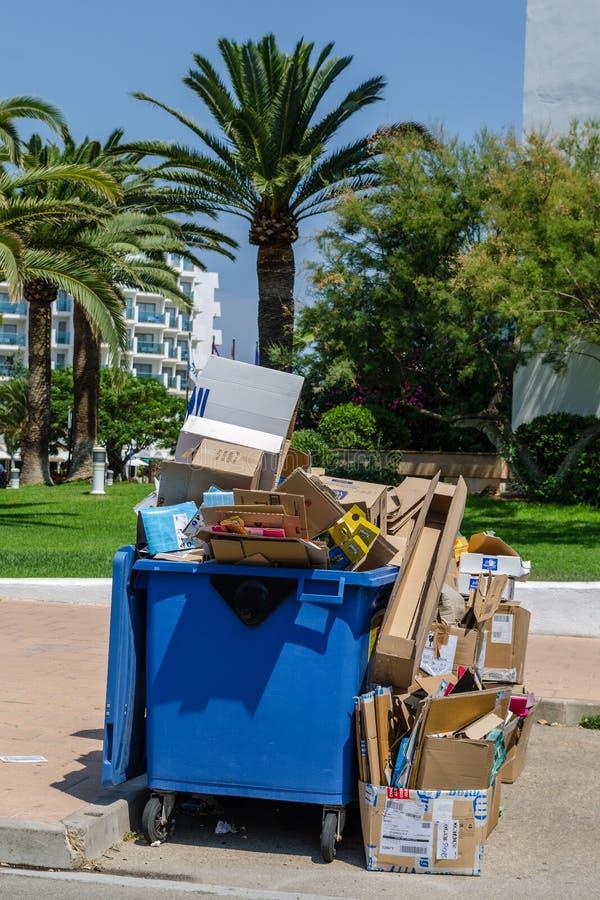 Полная мусорная корзина стоковая фотография