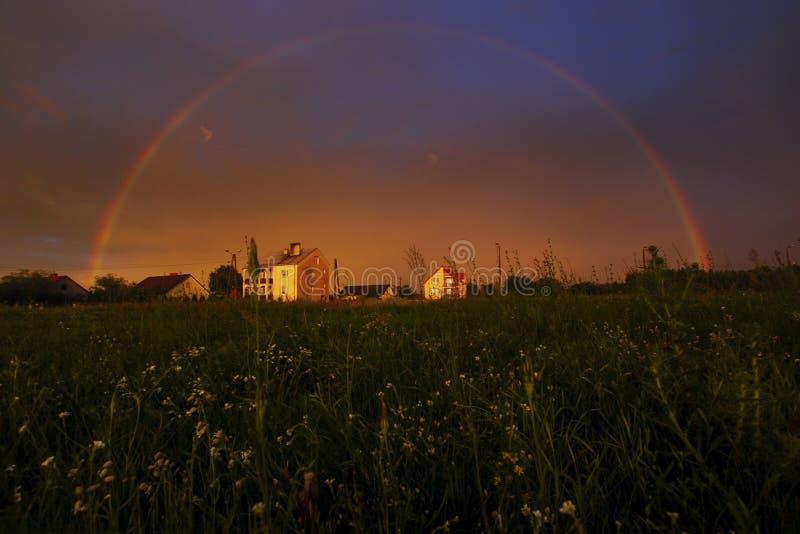 Полная радуга на заходе солнца стоковые фото
