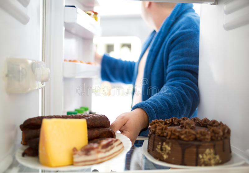 Полная сосиска и сыр взятия парня от холодильника стоковые фотографии rf