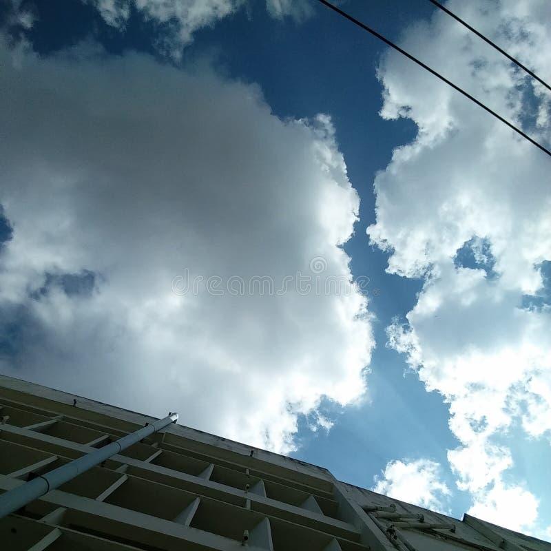 Под небом стоковое изображение