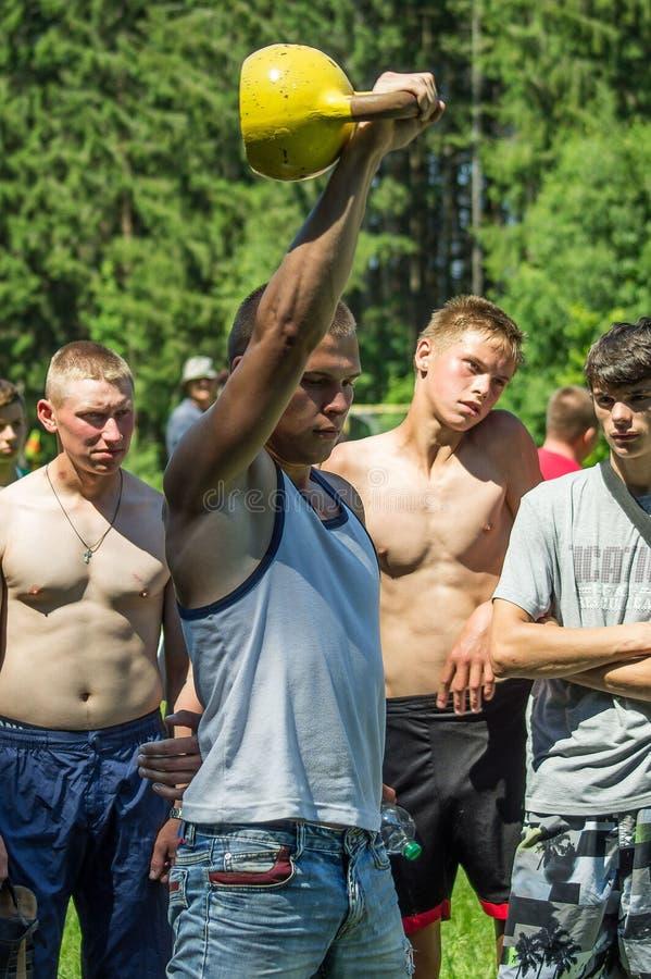Подниматься утяжеляет конкуренцию дилетанта атлетическую в зоне Kaluga в России стоковые фотографии rf