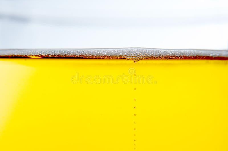 поднимающее вверх пива близкое стоковое изображение