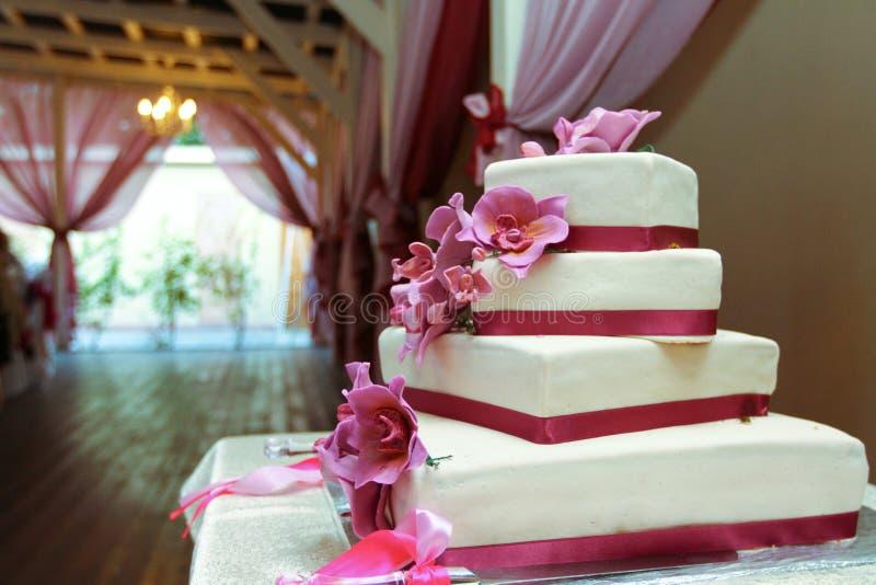 Поднимающее вверх свадебного пирога близкое стоковые фото