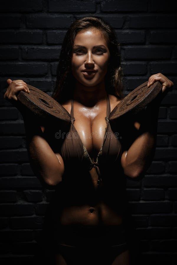 поднимаясь детеныши женщины весов стоковое изображение