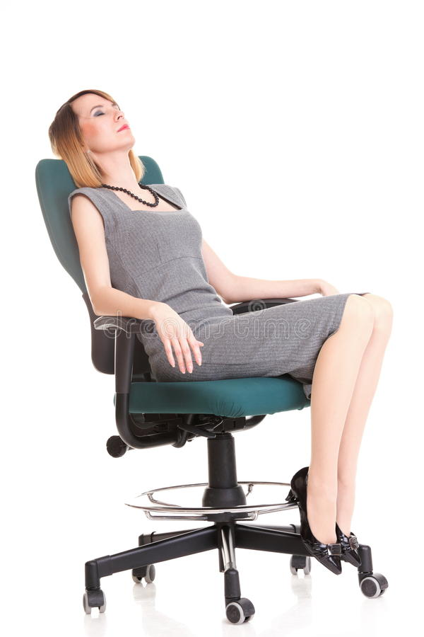 Полнометражная бизнес-леди сидя на стуле держа доску сзажимом для бумаги стоковое фото rf