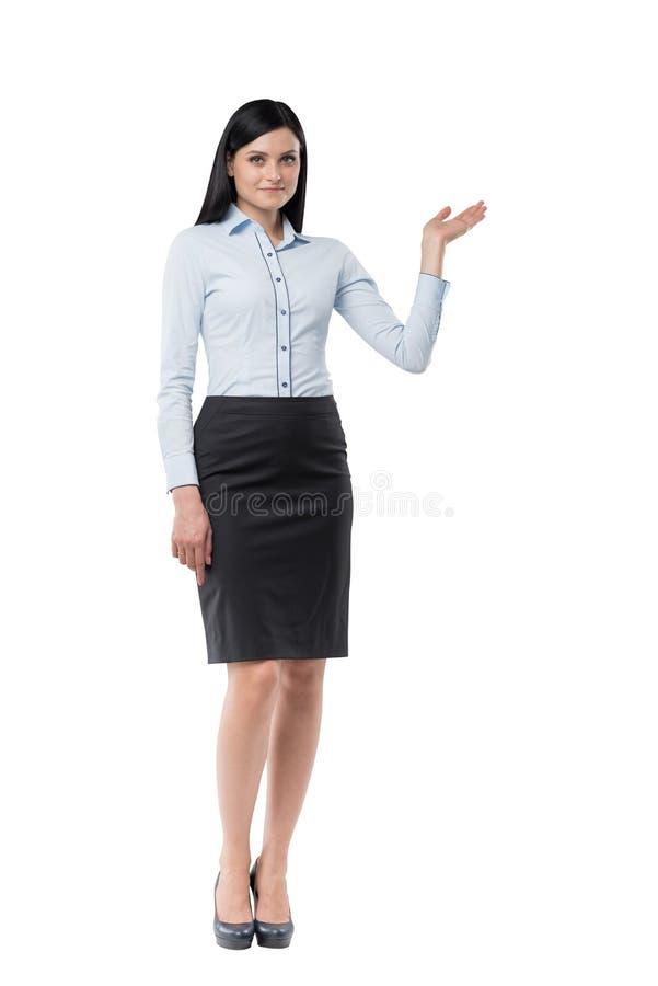 Полнометражная девушка брюнет в официально одежды указывает вне что-то ее рукой стоковые фото
