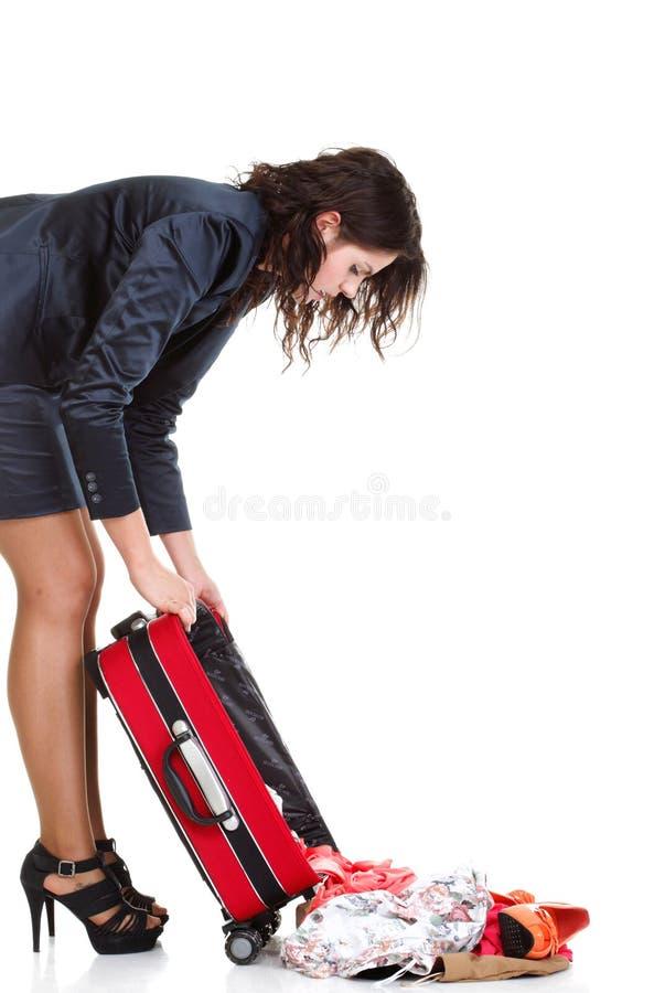 Download Полнометражная молодая бизнес-леди к последнему красному Bagd перемещения Стоковое Фото - изображение насчитывающей часы, праздник: 33734482