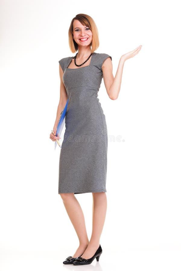 Полнометражная молодая бизнес-леди стоя с ее iso доски сзажимом для бумаги стоковое фото rf