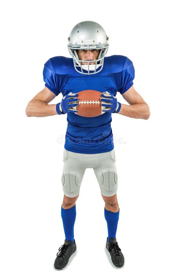 Полнометражный портрет американского футболиста держа шарик стоковое фото