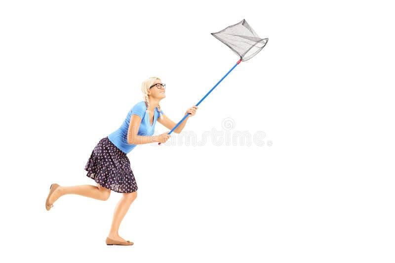 Полнометражный портрет женщины бежать с сетью бабочки стоковые фото