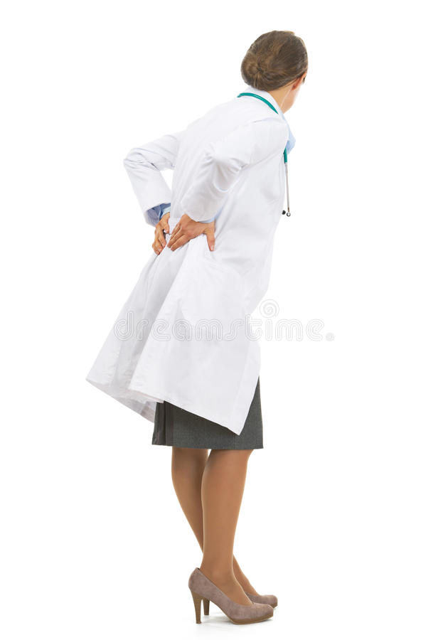 Полнометражный портрет женщины доктора с болью в спине стоковая фотография rf