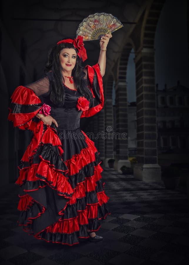 Полнометражный портрет испанского танцора с вентилятором стоковое фото rf