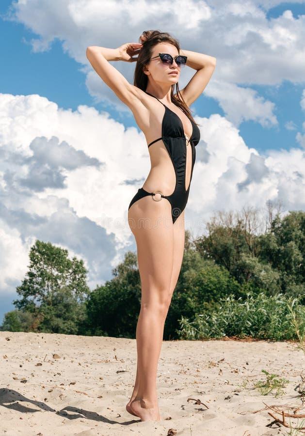 Полнометражный портрет красивой молодой женщины на vacat пляжа стоковое фото rf