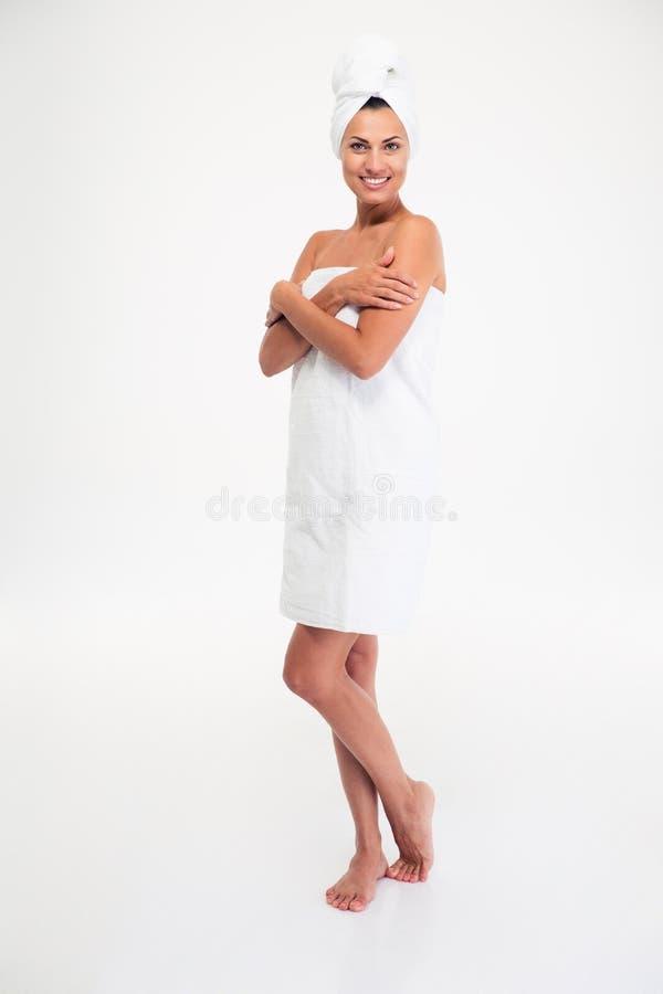 Полнометражный портрет красивой усмехаясь женщины в полотенце стоковое изображение rf