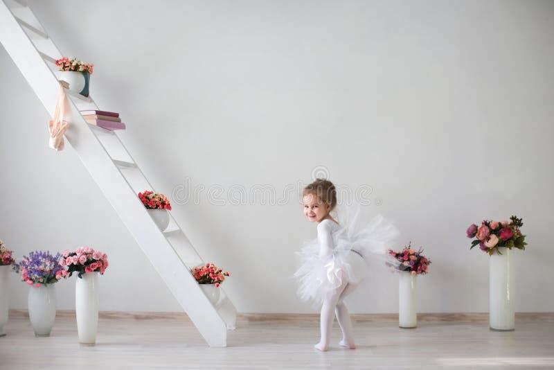 Полнометражный портрет маленькой милой балерины стоковая фотография
