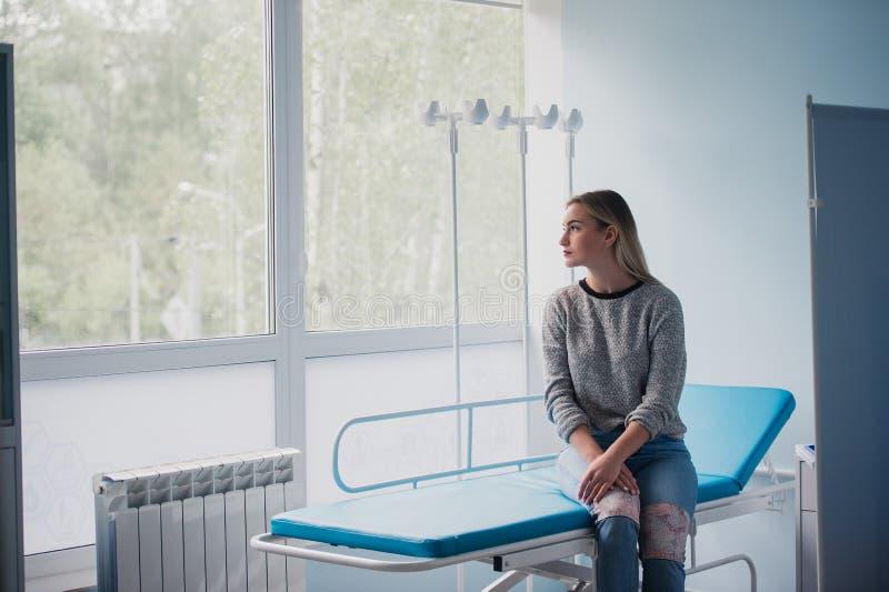 Полнометражный портрет медицинского осмотра женщины ждать стоковые фотографии rf