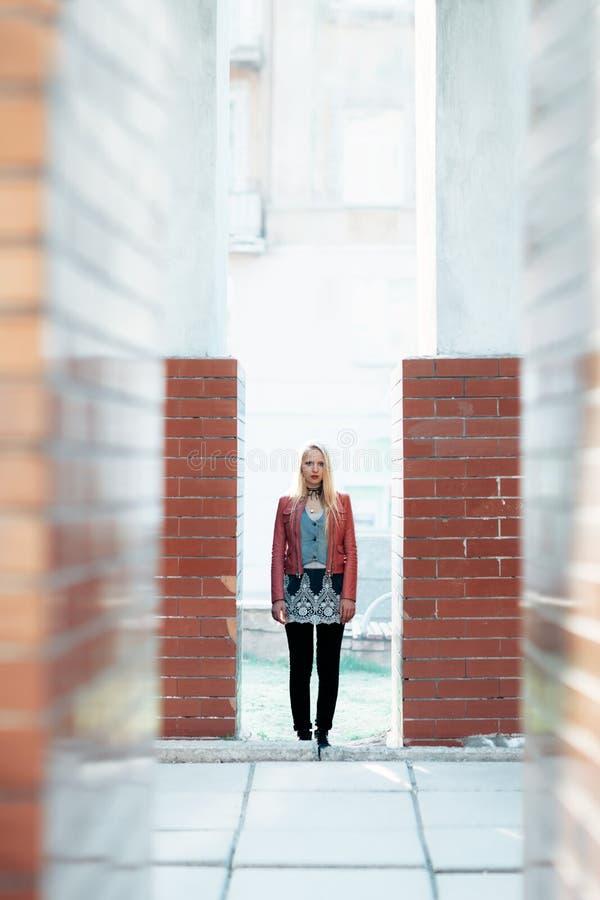 Полнометражный портрет молодой милой женщины стоя в конспекте стоковое изображение
