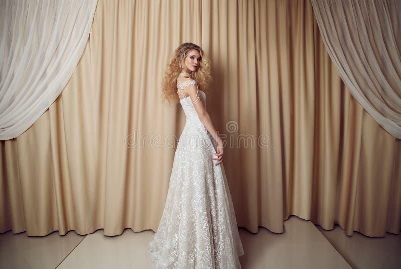 Полнометражный портрет невесты красоты в белом платье Классический хлев стоковые фотографии rf