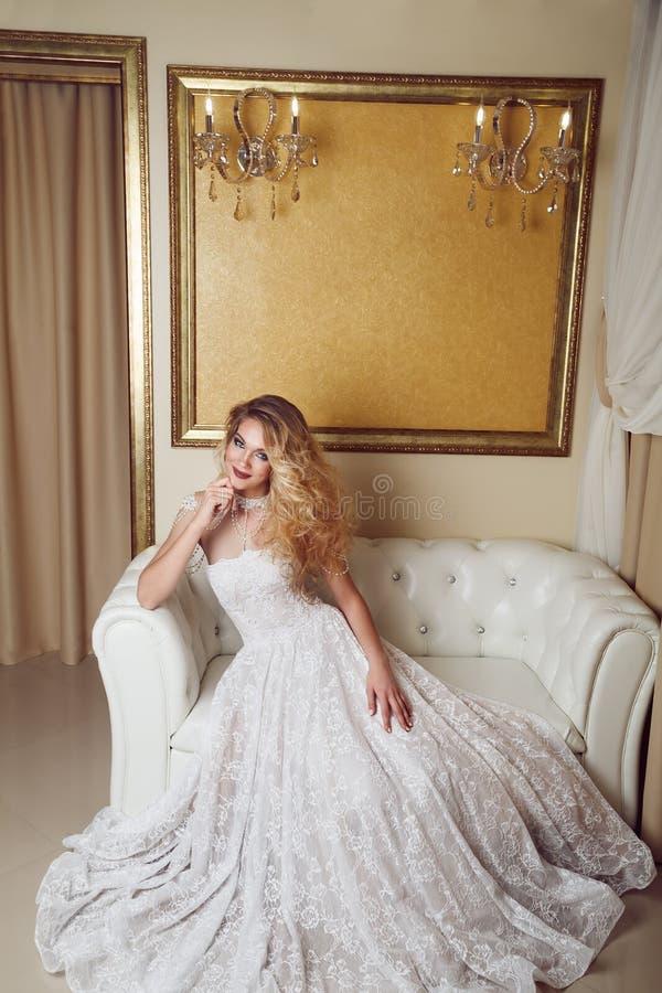 Полнометражный портрет невесты красоты в белом платье сидя в s стоковые фотографии rf