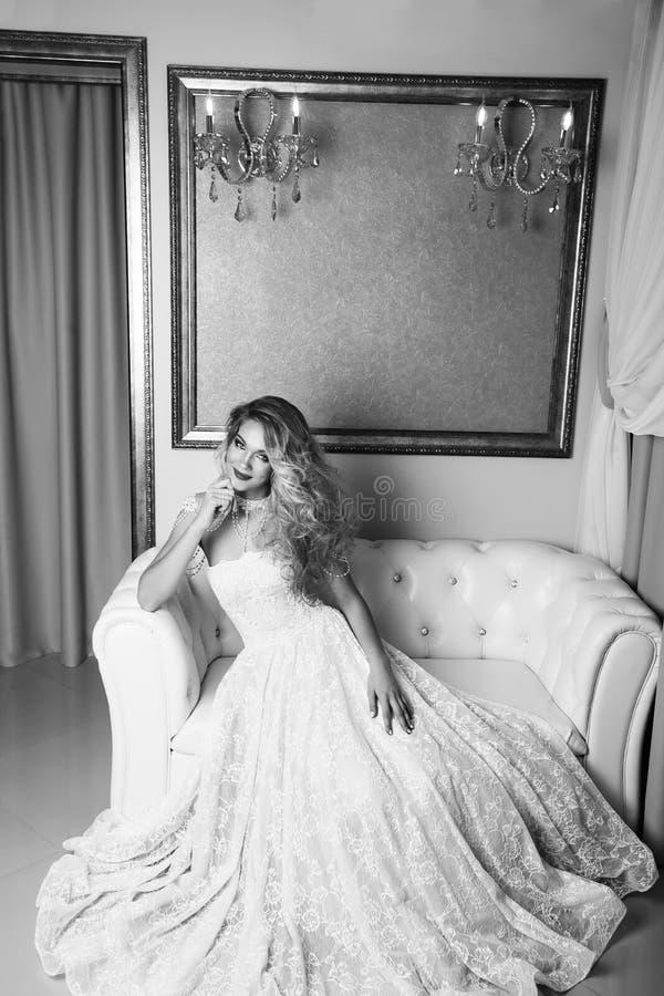 Полнометражный портрет невесты красоты в белом платье сидя в s стоковая фотография