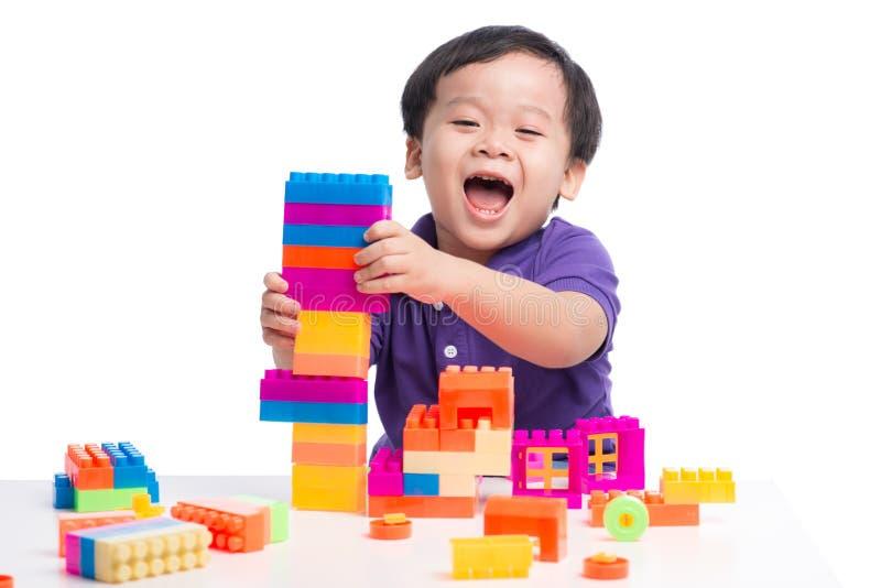 Полнометражный портрет счастливой привлекательной молодой женщины представляя кран стоковое фото rf